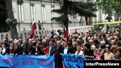 Тбилиси -- Грузиянын Жогорку сотунун имараты алдындагы митинг. Акцияга катышкандар саясий жүйөөлөр менен камалгандардын абактан бошотулушун талап кылышты.