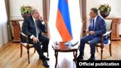 Встреча президента Армении Армена Саркисяна (справа) и председателя Национального собрания Ара Баблояна, Ереван, 28 августа 2018 г.