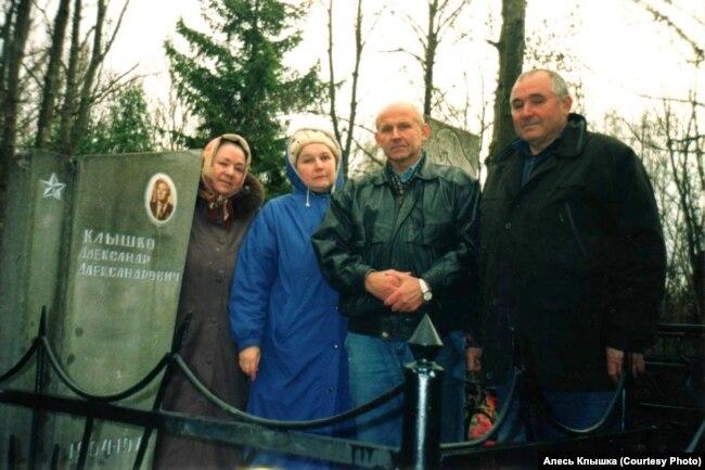 Дети на могиле отца Александра Клышки в день его 100-го дня рождения