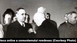MAN îi acordă lui Gheorghiu Dej titlul de Erou al Muncii Socialiste și medalia Secera și ciocanul, cu ocazia împlinirii a 50 de ani. Sursa: Fototeca online a comunismului românesc; cota: 168/1951