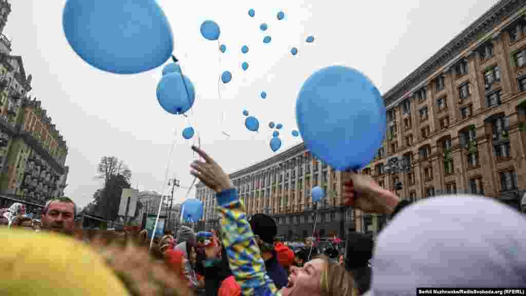 Перед стартом діти випустили у небо 50 синіх кульок