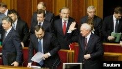 Прем'єр-міністр Микола Азаров вітається з депутатами під час сесії парламенту, Київ, 22 березня 2013 року
