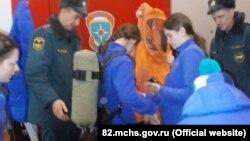Детей из лагеря «Артек» учат надевать костюмы радиационной и химической защиты, Гурзуф, 2 февраля 2018 год