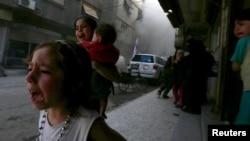 Pamje të fëmijëve duke ikur nga sulmet në Siri.