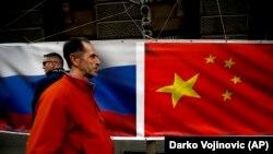 Flamuri i Rusisë dhe ai i Kinës - Foto nga arkivi.