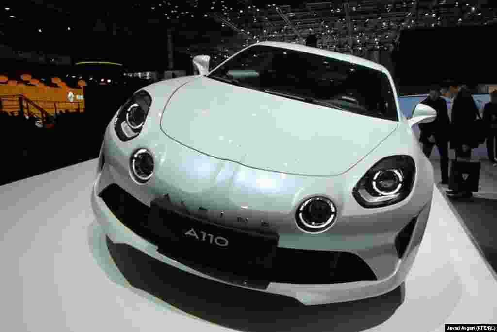 برند آلپاین که نشان خودروهای اسپرت رنو است در نمایشگاه خودروی ژنو متولد شد. استراتژی آلپاین ساخت خودرو اسپرت و ارزان تر از دیگر خودرو سازان اروپایی است خودرویی که سبک باشد و با موتور کم حجم تر، نسبت به رقبا به سرعت و شتاب بالا دست یابد.