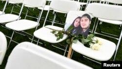 298 белых стульев перед посольством России в Гааге, 8 марта 2020 года