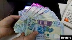 Банкноты тенге номиналом 10 тысяч.