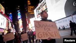Нью-Йорк тұрғындар қара нәсілді азамат Эрик Гарнердің полицияның қолынан өлгеніне наразылық акциясын өткізіп тұр. Нью-Йорк, 4 желтоқсан 2014 жыл.