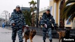 Полицейские со служебными собаками патрулируют район железнодорожного вокзала в Адлере. 23 января 2014 года.
