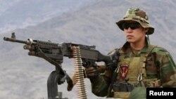 د افغانستان د ځانګړو ځواکونو يو سرباز