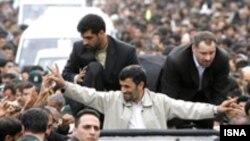 محمود احمدی نژاد، ناکامی در سیاست های اقتصادی را به گردن توطئه گران داخلی و خارجی انداخت.(عکس: ایسنا)