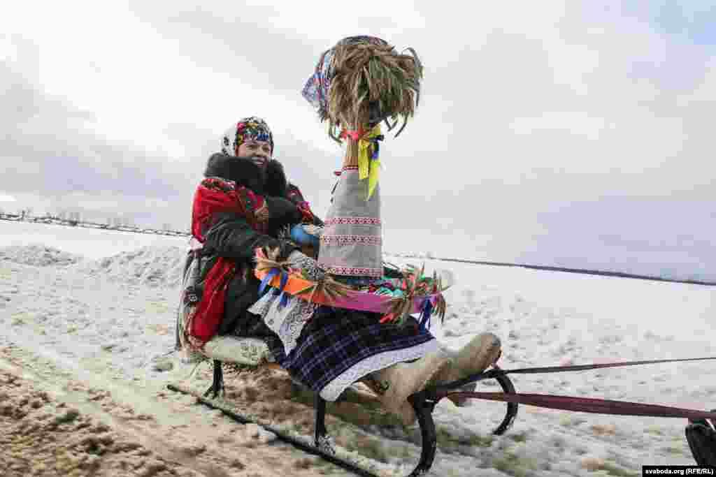 Галоўны атрыбут сьвята — Каляда. Дакладней, лялька з жытняга снапа, якая сядзіць з чыгуном куцьці на ўпрыгожаным коле.