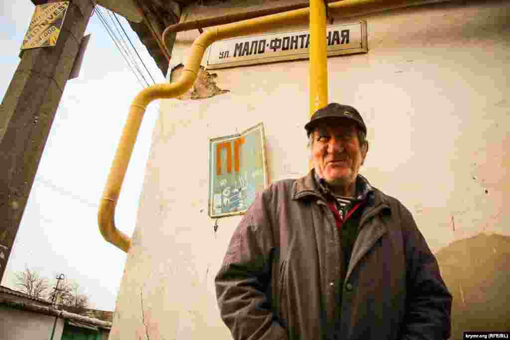 Павло Степанович, житель старого міста, розповів, що народився в 1942 році. Багато де побував за життя, але повернувся додому в Сімферополь