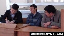 Подсудимые Бахытжан Колдасбеков (в центре), Медет Акимхан (справа) и их адвокат Абдал Тазабеков в суде. Алматы, 23 апреля 2014 года.