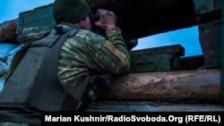 Український військовий на варті у селі Мар'їнка під Донецьком, 2 грудня 2017 року