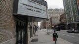 """Надпись на кинотеатре в Нью-Йорке: """"Временно закрыт"""". """"Нам нечего бояться, кроме самого страха. Франклин Делано Рузвельт"""""""