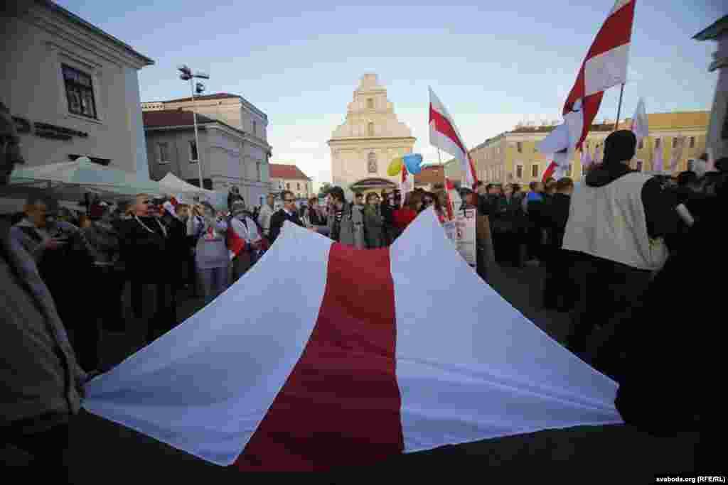 Выступавшие во время акции отмечали, что размещение военной базы России противоречит нейтральному статусу Беларуси.