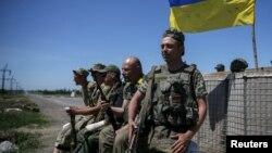 Українські військовослужбовці біля Мар'їнки. Червень 2015 року. Ілюстраційне фото