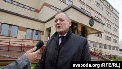 Уладзімер Някляеў на ганку суду Ленінскага раёну Менску
