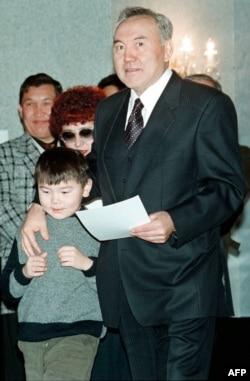 Нурсултан Назарбаев с Айсултаном на избирательном участке в Астане в день президентских выборов. 10 января 1999 года