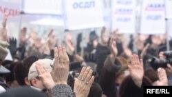 Лес рук на одном из митингов партии ОСДП «Азат». (Иллюстративное фото).