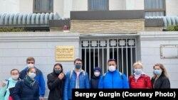 Российские туристы ждут помощи у посольства в Токио, но ее нет