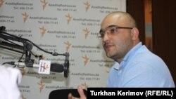 Azerbaýjanly žurnalist hem hukuk goraýjy aktiwist Eýnulla Fatullaýew Azatlyk Radiosynyň Bakuwdaky býurosynda interwýu berýär. Baku, 27-nji maý, 2011.