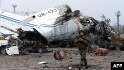 Представитель пророссийских вооруженных формирований в захваченном аэропорту Донецка