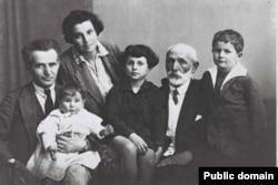 Семья: Давид и Полина, дочь Ренана (на руках), дочь Геула, Авигдор Грин (отец Д.Бен-Гуриона) и Амос Бен-Гурион