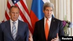 John Kerry (djathtas) dhe Sergei Lavrov para takimit të tyre në Paris
