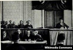 Azərbaycan parlamentinin ilk iclası, 7 dekabr, 1918-ci il (Rəsulzadə sağda)