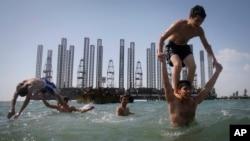 Каспий деңизиндеги пляж. Баку шаары.