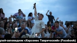 Российский певец Митя Фомин на концерте в «Херсонесе Таврическом», Крым