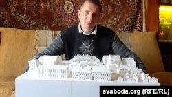 Ігар Лапеха зь яшчэ ня скончаным макетам габрэйскага раёну Горадні ў ХІХ стагодзьдзі