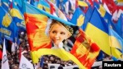 Протестующие с флагом с изображением Юлии Тимошенко.