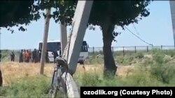 Jazirama issiqda Kasbi tumani IIB boshlig'i fermerlarni avtobusga qamayotgan payt.