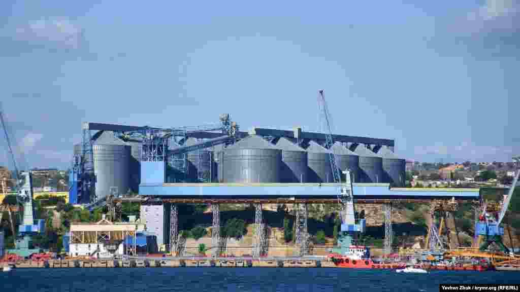 Зерновой терминал емкостью 170 тысяч тонн стивидорной компании «Авлита», принадлежащей одной из компаний украинского бизнесмена Рината Ахметова