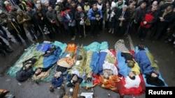 Демонстранты чтят память погибших на Майдане Незалежности. Киев, 20 февраля 2014 года.