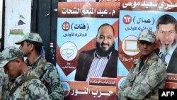 """Египет сарбаздары салафиттердің """"Әл-Нұр"""" партиясы кандидаттарының сайлау парақтарының алдында тұр. Александрия, 5 желтоқсан 2011 жыл."""