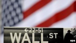 Указатель Уолл-стрит перед Нью-Йоркской биржей