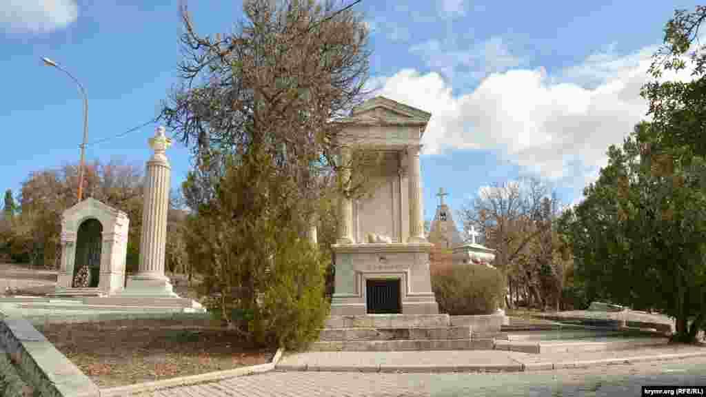Могила царского адмирала Михаила Кумани на Братском кладбище