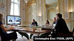 Эммануэль Макрон (справа) во время видеоконференции с Авдулой Хоти, Александром Вучичем, Ангелой Меркель. 10 июля 2020, Елисейский дворец, Париж