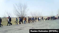 Сторонники лидера оппозиционной фракции «Ата Мекен» Омурбека Текебаева на участке автодороги Бишкек — Ош. 9 марта 2017 года.