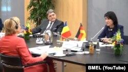 Ministra Violeta Alexandra, ambasadorul României Emil Hurezeanu, consultări cu Julia Klöckner (Foto: BMEL/Youtube)