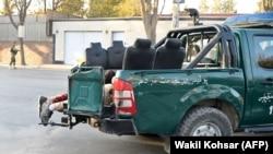 نیروهای افغان هنگام انتقال قربانیان حمله اخیر در وزیر محمد اکبر خان کابل