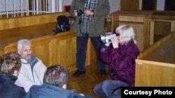 Сядзячы пратэст «Вясны» ў Вярхоўным судзе. Пасьля працэсу аб ліквідацыі «Вясны» Бяляцкі і іншыя актывісты арганізацыі наладзілі сядзячы пратэст у залі Вярхоўнага суду. 2003 год
