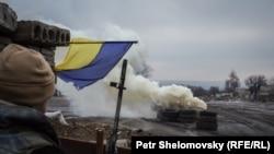 Украинский солдат на КПП в районе Дебальцева. Иллюстративное фото.