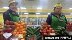 Девальвациядан кейін жаңа бағамен тұрған саудагерлер. Астана, 18 ақпан 2014 жыл.