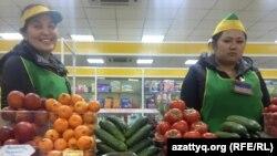 Продавцы овощей на рынке в Астане.